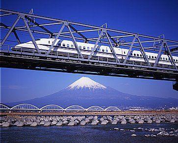 Il nuovo Shinkansen corre sopra il Monte, la vetta del Fuji