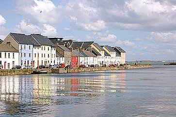 Case colorate trovate lungo il bordo delle acque a Salthill (Galway).