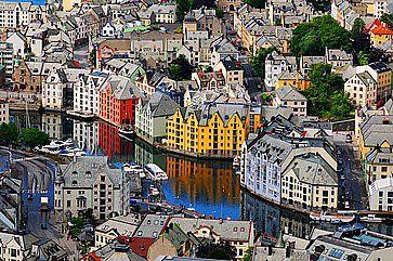 Vista aerea del fiume e della città di Alesunde.