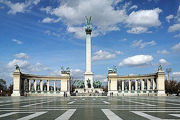 Piazza degli Eroi e i suoi tanti monumenti, a Budapest.