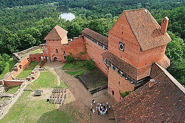 Vista sul cortile del castello di Turaida.