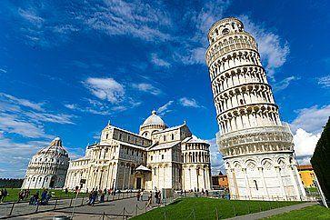 Piazza dei miracoli, con la Basilica e la Torre di Pisa.