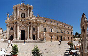 La cattedrale e piazza del Duomo a Siracusa.