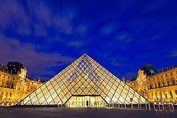 La piramide del Museo del Louvre.