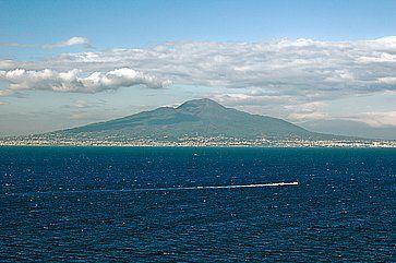 Vista del Vesuvio e Napoli, da Sorrento.