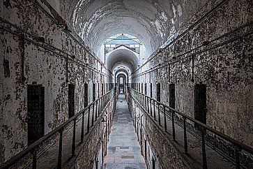 Blocco di celle nell'Eastern State Penitentiary (1829) su Fairmount Avenue a Philadelphia.