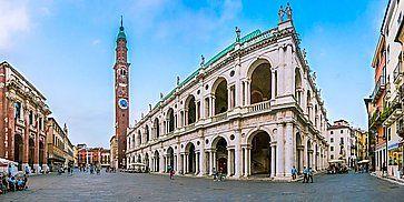 Panorama della Basilica Palladiana e Piazza Dei Signori a Vicenza.