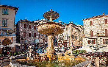 La Piazza del Comune e la Fontana dei Tre Leoni, ad Assisi.