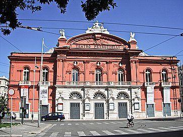 Il Teatro Petruzelli di Bari.