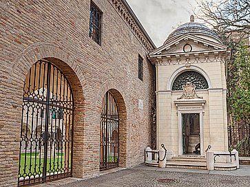 La tomba di Dante Alighieri a Ravenna.