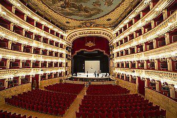 L'interno del Teatro di San Carlo a Napoli.