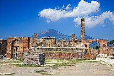 Il tempio di Giove a Pompei, e sullo sfondo il Vesuvio.