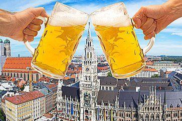 Boccali di birra con Marienplatz sullo sfondo, durante l'Oktoberfest.