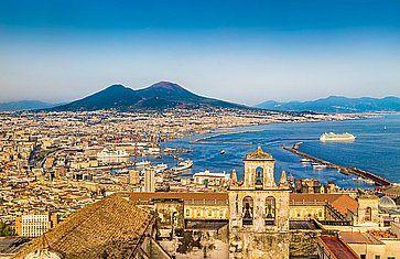 Magnifica vista panoramica di Napoli, con il Vesuvio in lontananza.