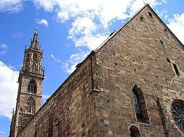 La facciata e il campanile del Duomo di Bolzano.