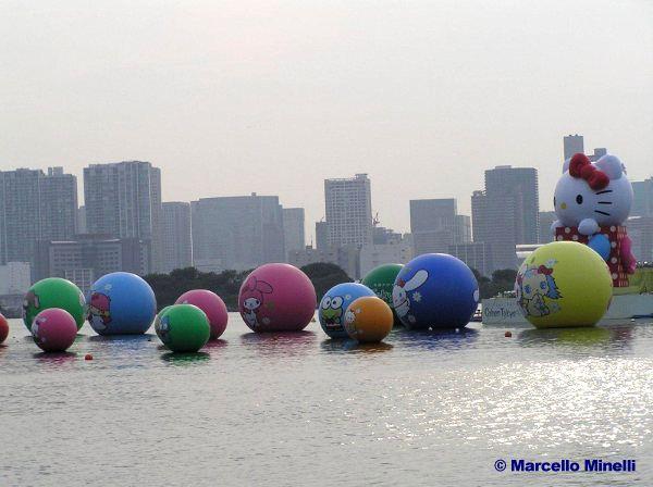 Palloni di Hello Kitty in mare