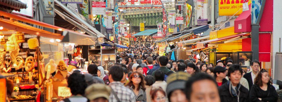 Il mercato di Ameyoko, a Ueno, gremito di gente.