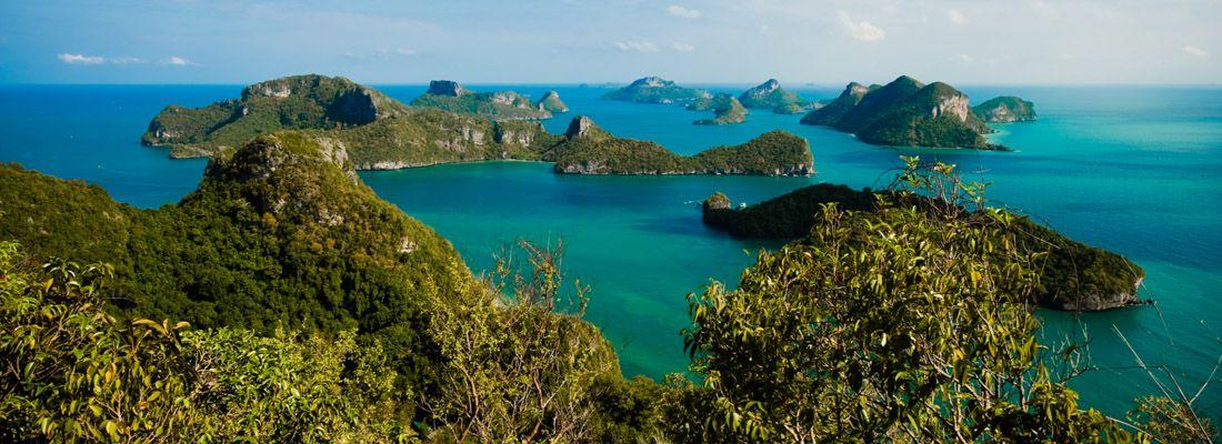 Vista del parco nazionale Ang Thong: mare verde smeraldo e varie piccole isole.