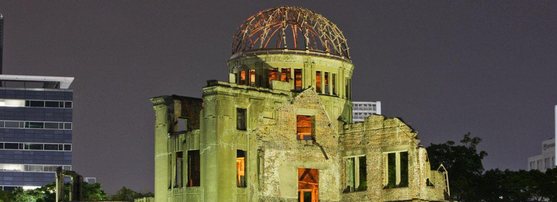 Le rovine dell'A-Bomb Dome di Hiroshima, di notte.