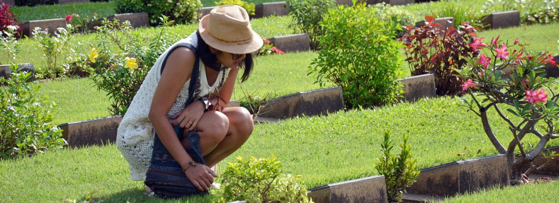Ragazza ricorda i caduti al cimitero di guerra di Kanchanaburi.