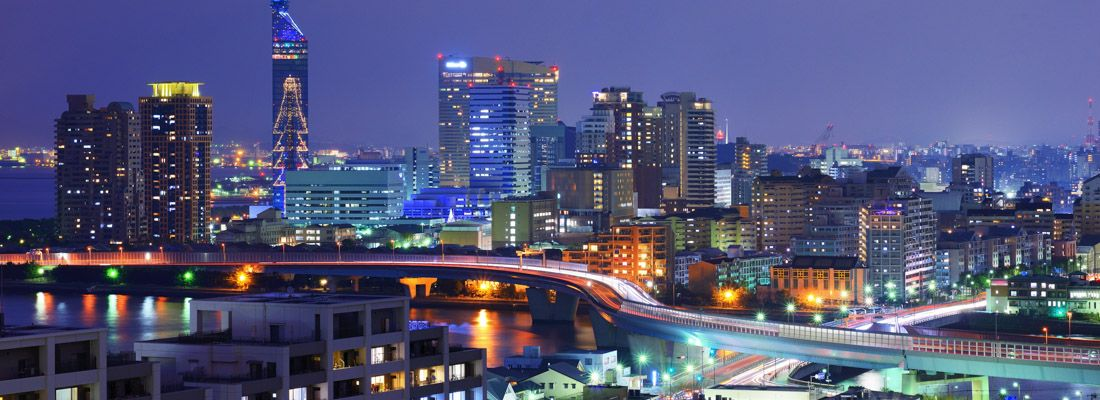 Vista della città di Fukuoka, di notte.