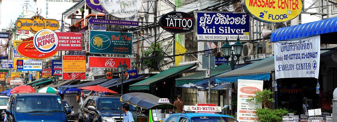 Traffico e insegne a Khao San Road.