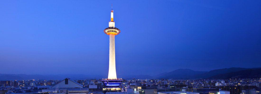 La Kyoto Tower di notte.