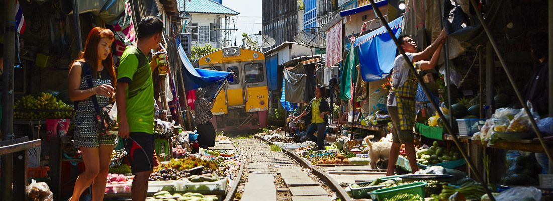 Treno in arrivo, nel binario che passa in mezzo al mercato Maeklong.