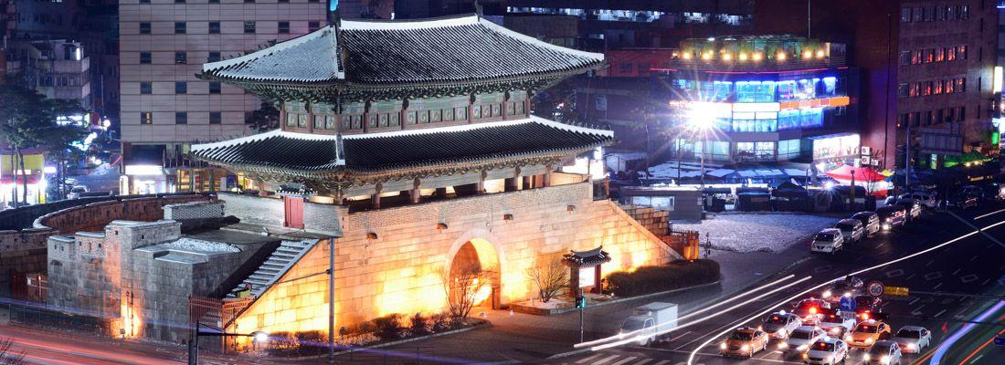 La zona di Namdaemun e l'omonimo portale, la sera.