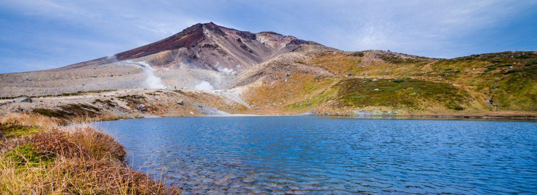 Lago e montagne al parco Daisetsuzan.
