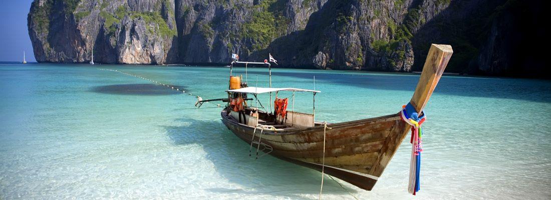 La spiaggia e il mare a Maya Bay, con una caratteristica barca.