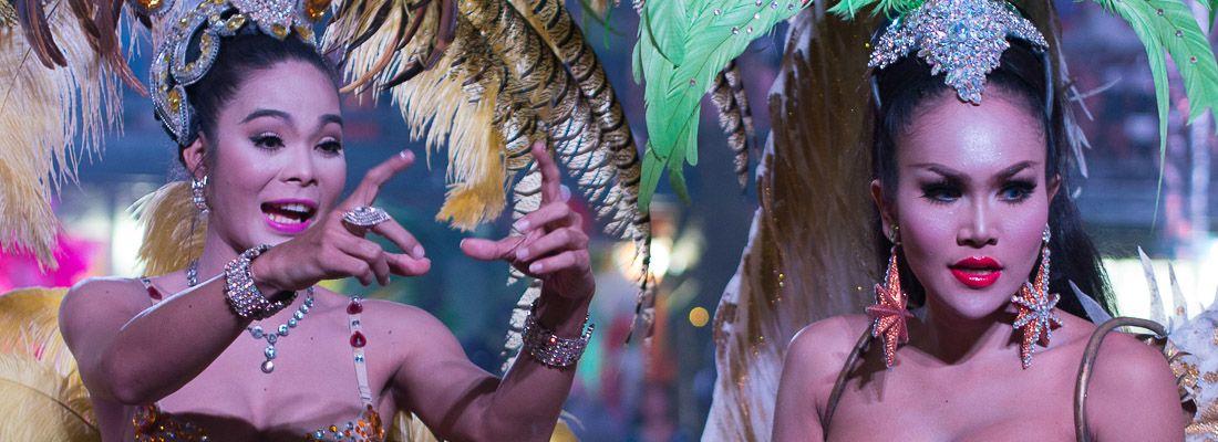 Due ladyboy durante uno spettacolo a Phuket.