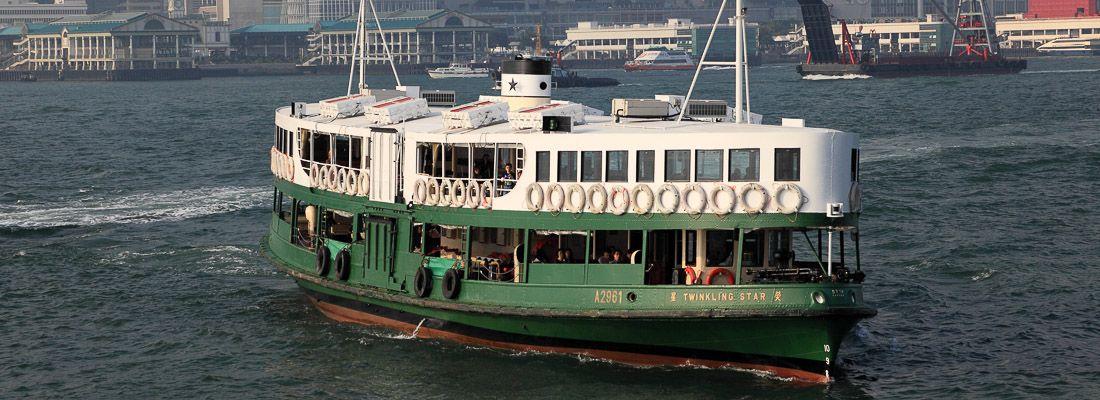Il traghetto Star Ferry ad Hong Kong mentre sta per attraccare.