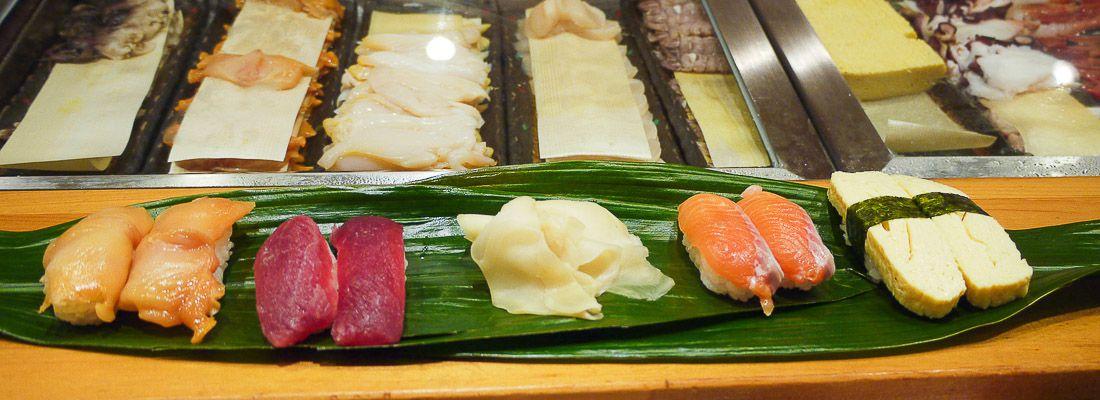 Sushi appoggiato su foglie di bambù al ristorante Shitetsu.