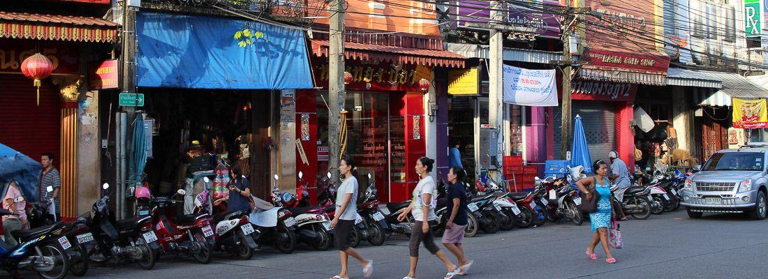 Persone camminano nella strada Thalang Road.