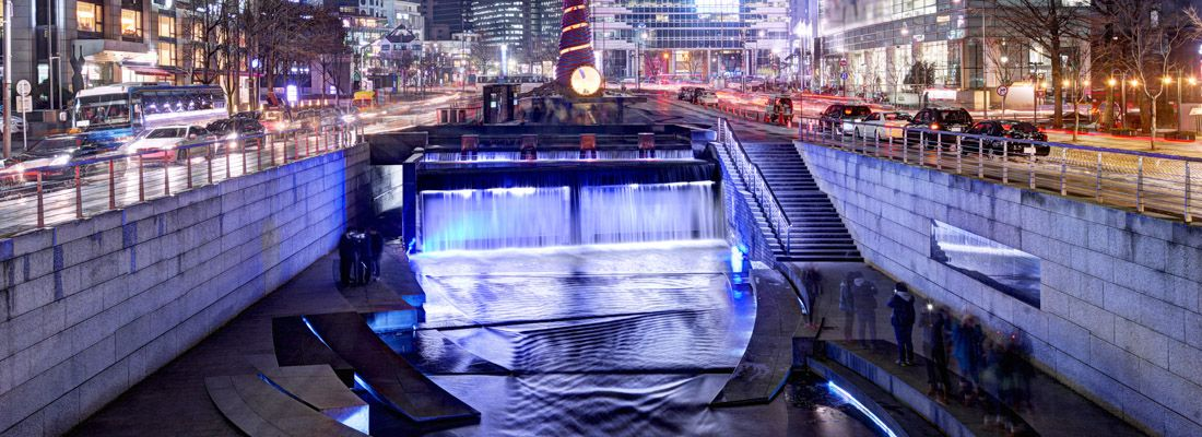 Il torrente Cheonggyecheon la sera.