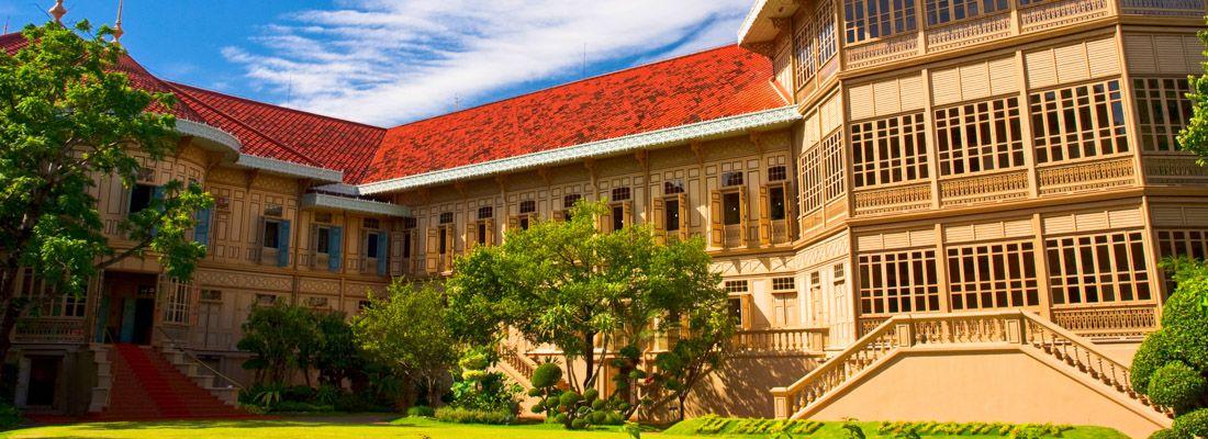 La Vimanmek Mansion e il suo giardino.