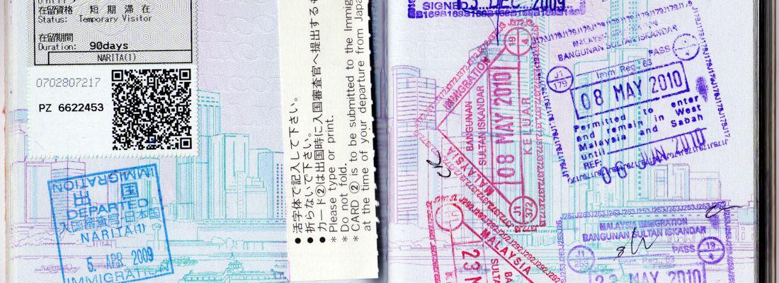Passaporto con molti timbri di visto di molti Paesi.
