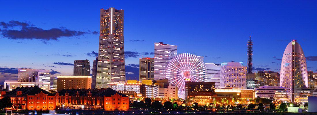 Skyline di Yokohama di sera.