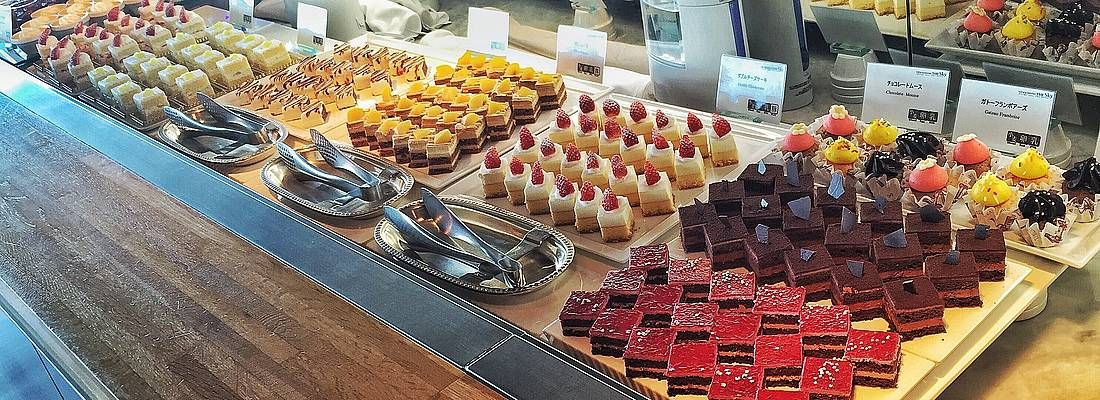 Dolci a buffet al ristorante View & Dining The Sky a Tokyo.