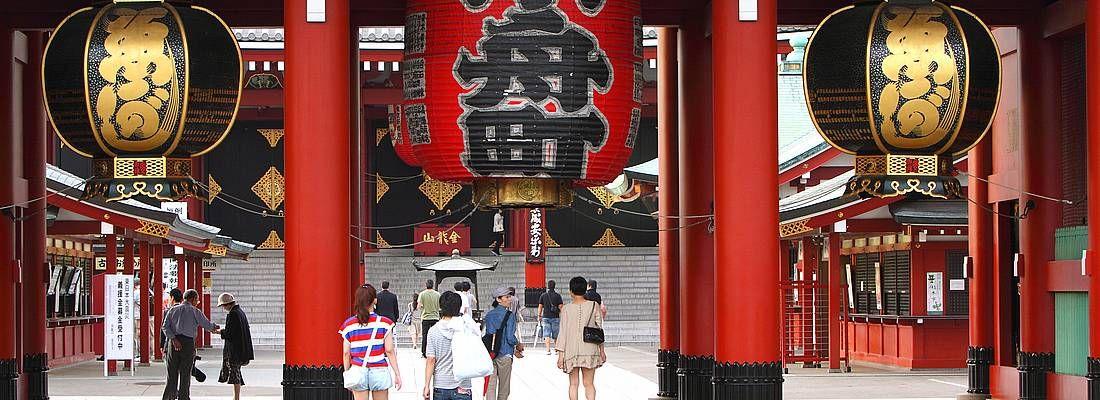 Dettaglio del portale Hozomon e sullo sfondo si intravede il tempio Senso-ji, ad Asakusa.