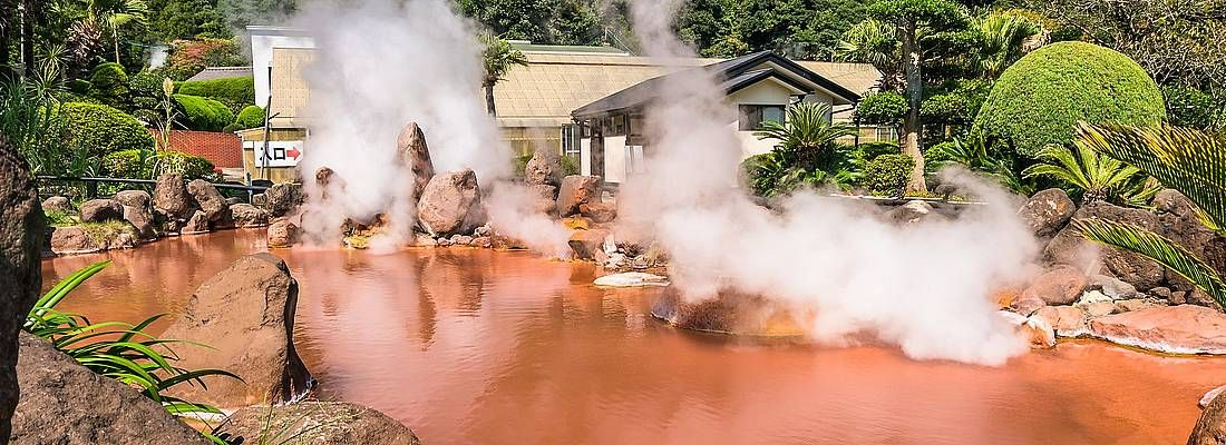 Acqua termale caldissima e color rosso, al Chi-no-Ike Jigoku di Beppu.
