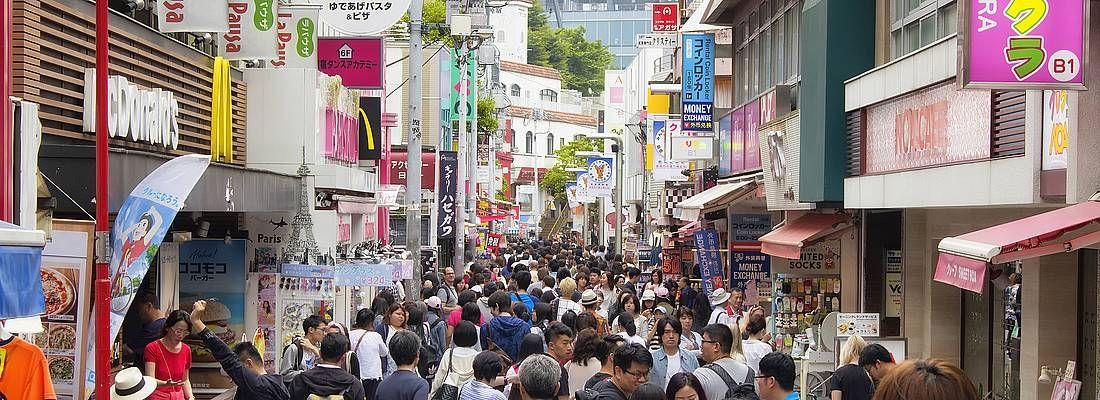 La strada Takeshita Dori, gremita di gente che fa shopping.