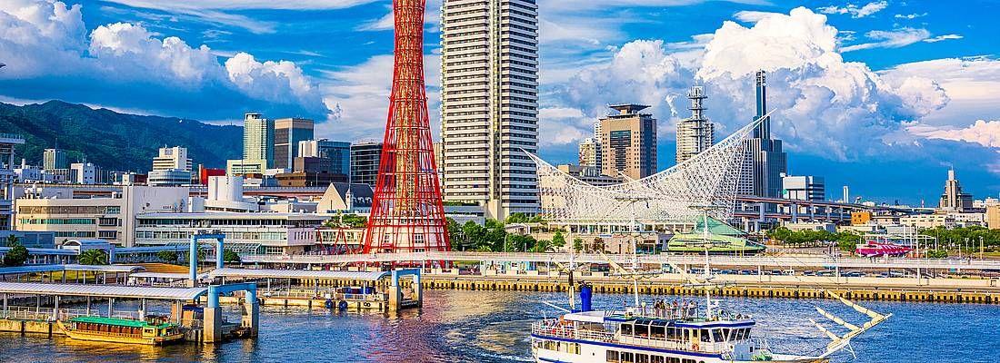 Skyline del porto di Kobe, con l'iconica torre, in una giornata di sole.