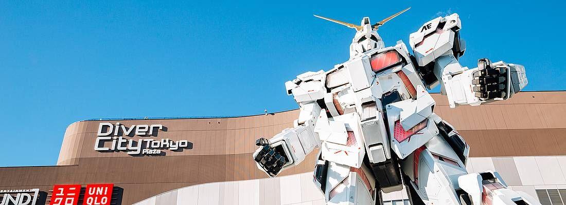 Scultura del Gundam ad Odaiba, e alle sue spalle il centro commerciale DiverCity.