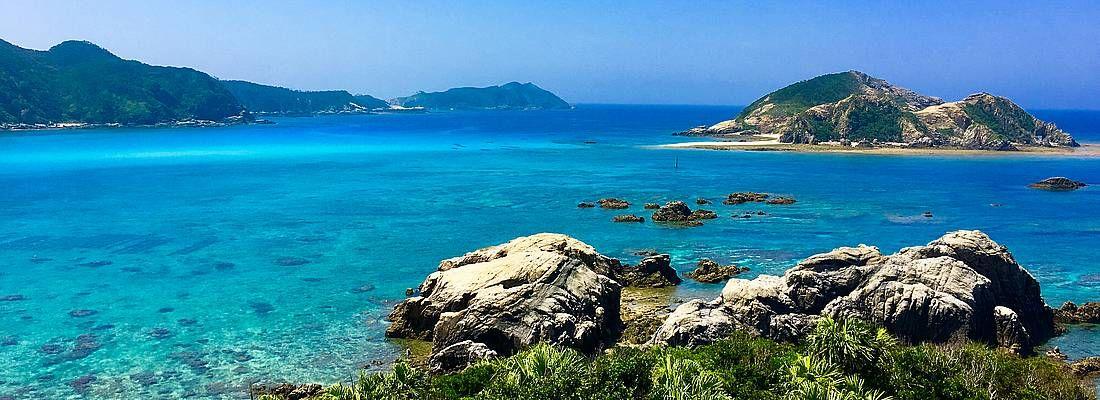 Scogli e mare con acqua cristallina ad Okinawa.