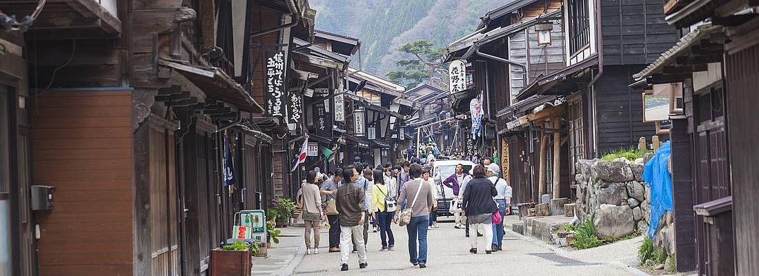 Alcune persone camminano a Sannomachi, la zona della città vecchia di Takayama.