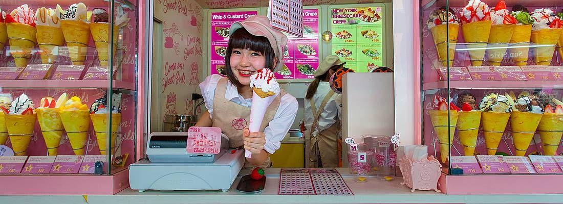 Commessa sorridente, in un negozio specializzato in crepes, a Takeshita Dori (Harajuku).