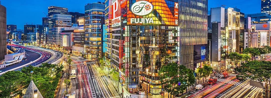 Un trafficato incrocio a Ginza, la sera.