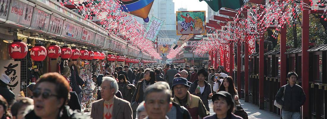 La strada Nakamise Dori, con decorazioni tradizionali.